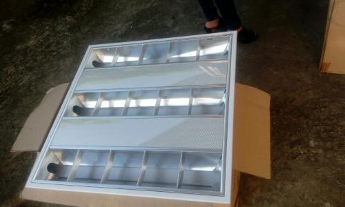 Máng đèn led âm trần 600x600 chóa tản nhiệt dạng lưới